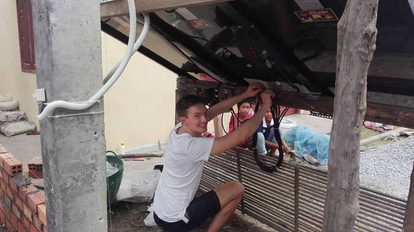 Elektrifizierung der Schule in Tumneab Svay