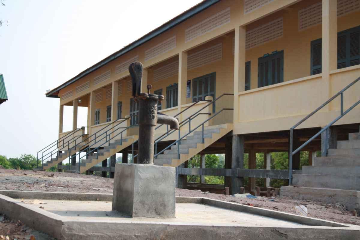 Brunnen in Preksromot (Ortseingang/Schule)
